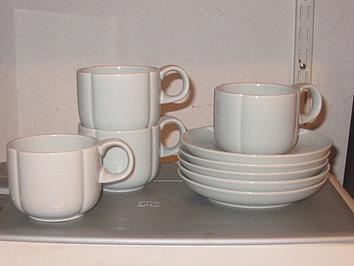 Tassen mit Tellern